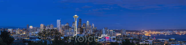 USA, Stato di Washington, skyline di Seattle con Space Needle e Puget Sound all'ora blu — Foto stock