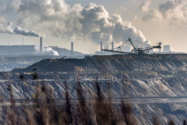 Alemania, Renania del Norte-Westfalia, Grevenbroich, vista al esparcidor frente a la minería del carbón marrón Garzweiler I - foto de stock