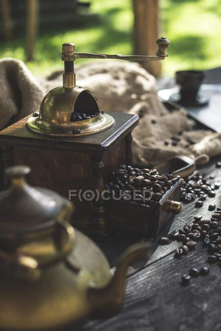 Macinazione caffè con macinino vintage su legno — Foto stock