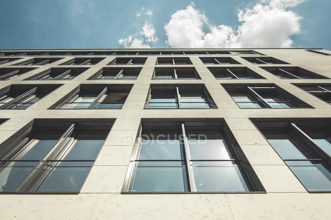Vista inferior da fachada do moderno edifício de escritórios em Berlim, Alemanha — Fotografia de Stock