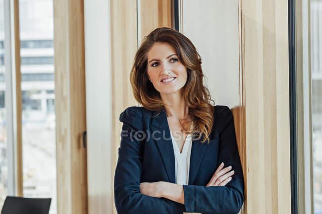 Портрет уверенной предпринимательницы в современном офисе — стоковое фото