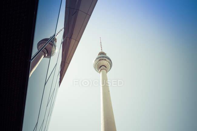Alemania, Berlín, torre de televisión que refleja en el cristal del edificio cerca - foto de stock