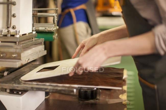 Крупним планом жінки, що працюють в майстерні — стокове фото