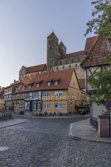 Germany, Saxony-Anhalt, Quedlinburg, Collegiate Church St. Servatius on castle hill, half-timbered houses view — Stock Photo