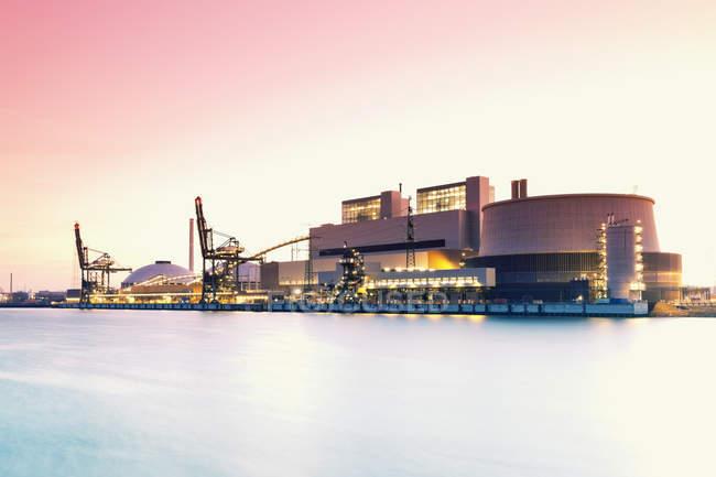 Germany, Hamburg, Coal-fired Power Station Moorburg at Elbe river — Stock Photo