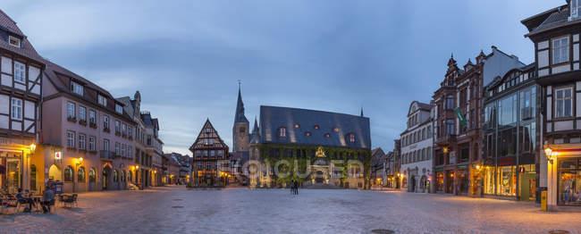 Allemagne, Saxe-Anhalt, Quedlinburg, place du marché au crépuscule — Photo de stock