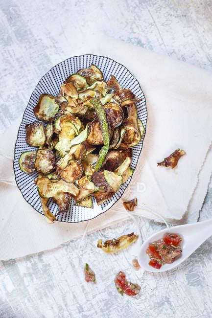 Piatto di zucchine e salsa di pomodoro su cucchiaio di porcellana — Foto stock