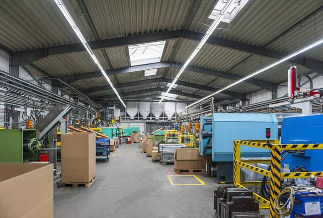 Производственный цех на пластмассовом заводе — стоковое фото