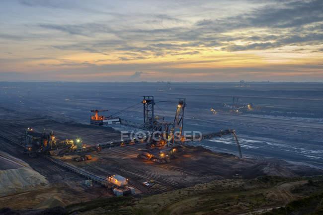 Allemagne, Rhénanie-du-Nord-Westphalie, Grevenbroich, mine de surface Garzweiler, gerbeur dans la soirée — Photo de stock
