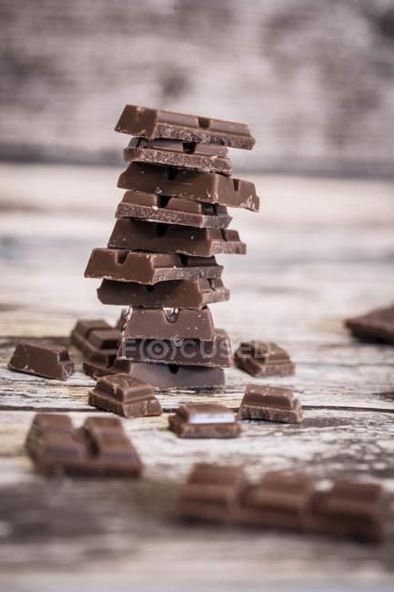Стек частини шоколаду по дереву — стокове фото