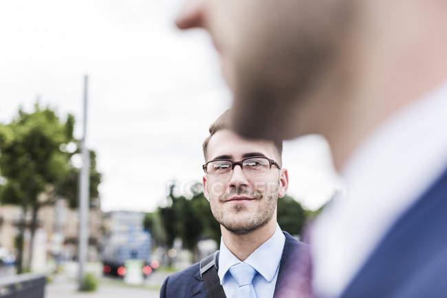 Два бизнесмена в городе, крупным планом — стоковое фото