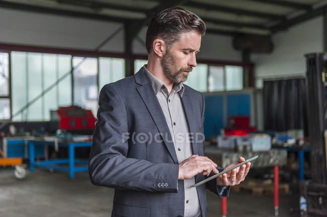 Manager mit digitalem Tablet in Werkstatt — Stockfoto