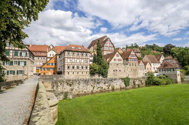 Alemania, Baden-Wurtttemberg, Schwabisch Hall, Casa de entramado de madera en el casco antiguo - foto de stock