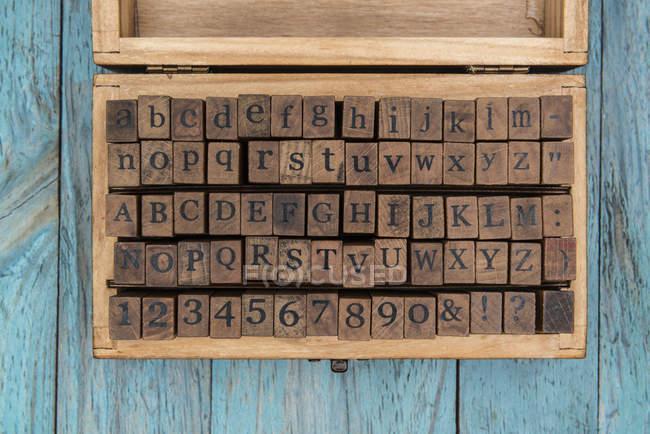Деревянная коробка почтовых марок — стоковое фото