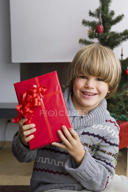 Ritratto di bambino felice con regalo di Natale — Foto stock