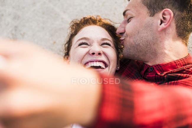 Щасливі молода пара беручи selfie на відкритому повітрі — стокове фото
