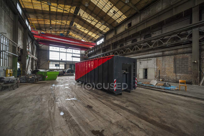 Conteneur dans un immense hall d'usine — Photo de stock
