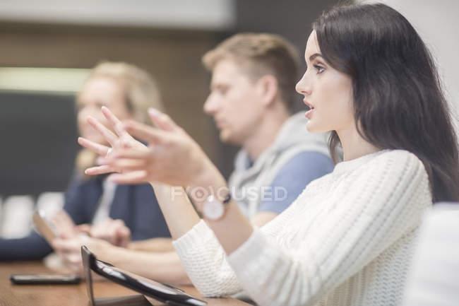 Les jeunes discutent en réunion d'affaires — Photo de stock