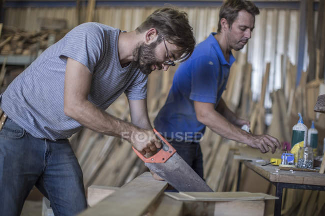 Tischler arbeitet in Werkstatt mit Kappsäge — Stockfoto