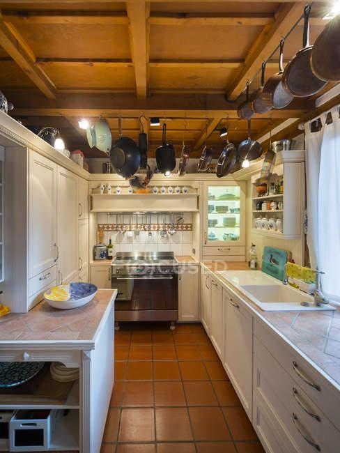 Condado de estilo cocina vista interior - foto de stock