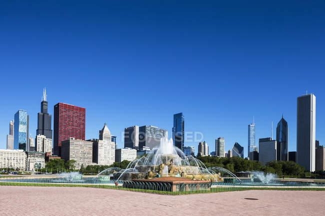 EUA, Illinois, Chicago, Millennium Park com Buckingham Fountain — Fotografia de Stock