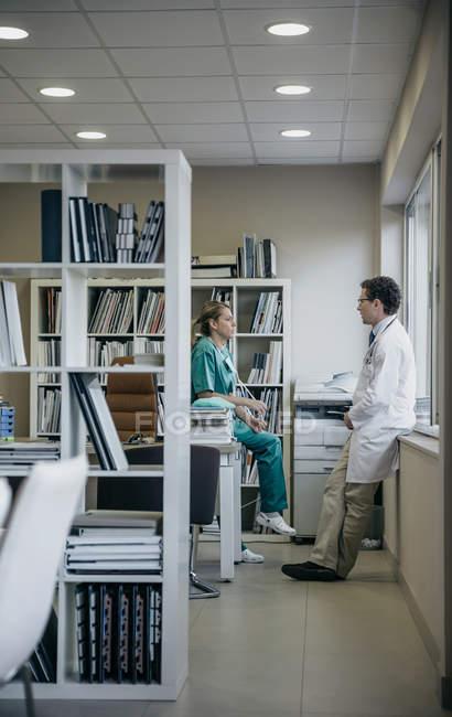 Zwei Ärzte im Gespräch in Arztpraxis — Stockfoto