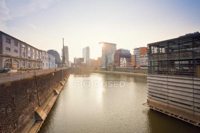Будинки та склад на березі річки в Дюссельдорф, Німеччина — стокове фото