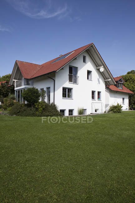 Casa unifamiliare con giardino — Foto stock