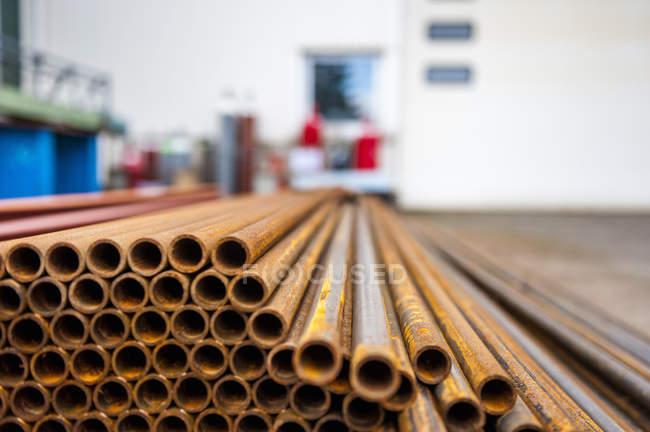 Werkstatt, Stahlrohre stapeln sich — Stockfoto