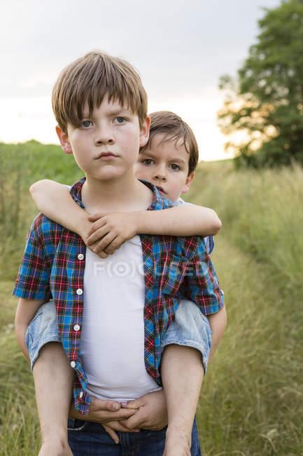 Портрет двух серьезных мальчиков — стоковое фото