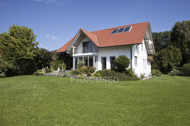 One-family house with garden and grassy lawn — Stock Photo
