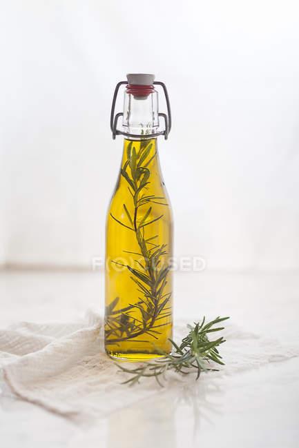 Óleo de alecrim, galho de alecrim no azeite — Fotografia de Stock