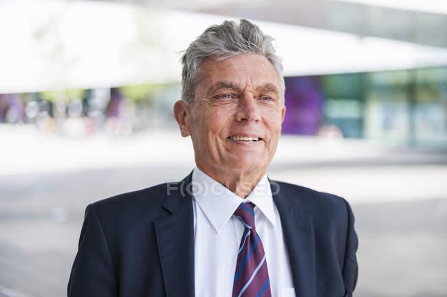 Retrato de hombre de negocios senior seguro - foto de stock