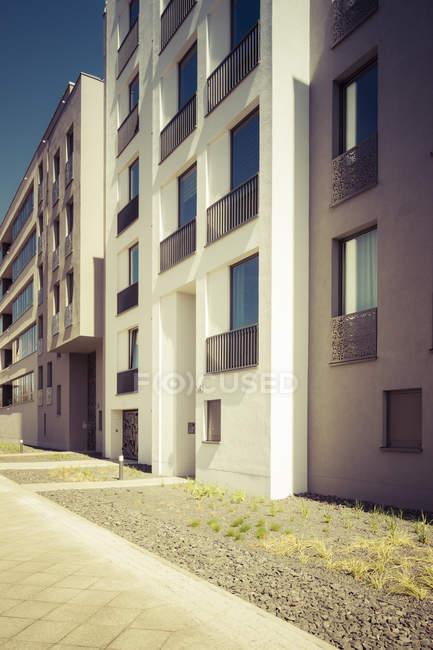 Facciate di moderne case plurifamiliari durante il giorno — Foto stock