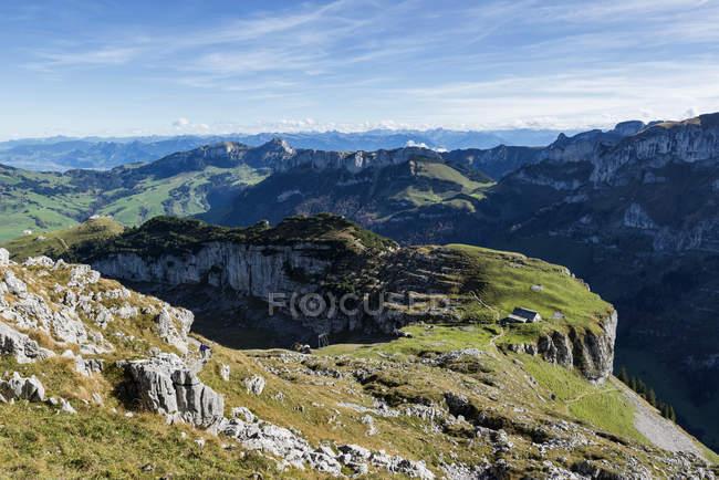 Швейцарії, в кантоні Аппенцелль Innerrhoden, подання до Alp Chlus на тлі Hoher Kasten — стокове фото