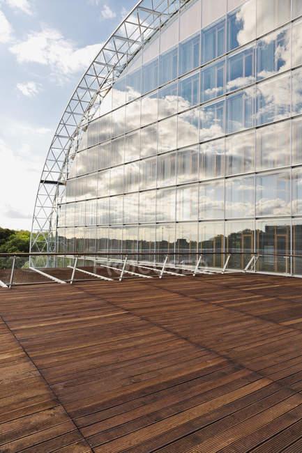 Стеклянный фасад Европейского инвестиционного банка — стоковое фото