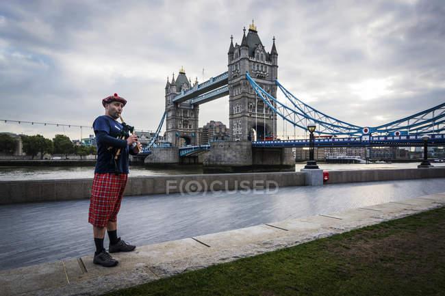 Scottish bagpiper at Tower Bridge — Stock Photo