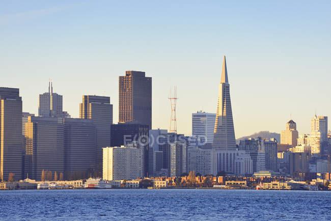 Vista do horizonte com Transamerica Pyramid em luz da manhã em San Francisco, Califórnia, EUA — Fotografia de Stock