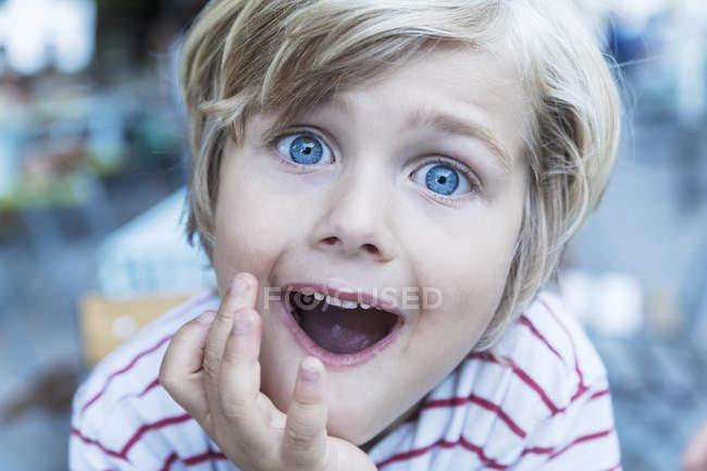 Ritratto di bambino biondo con gli occhi spalancati e la bocca aperta — Foto stock
