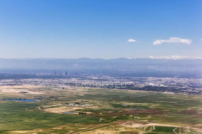 США, штат Колорадо, Денні пташиного польоту Денвер з Скелясті гори на тлі — стокове фото