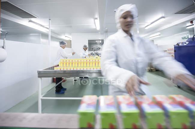 Персонал працює в сучасних медичних заводу — стокове фото