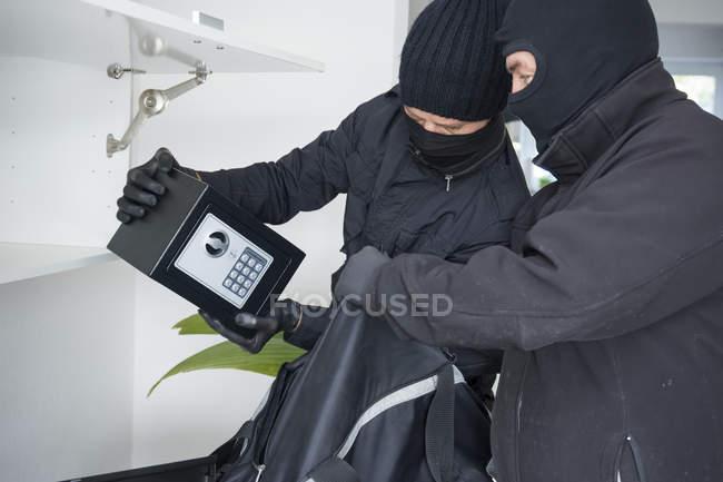 Два грабителя в масках для лица — стоковое фото