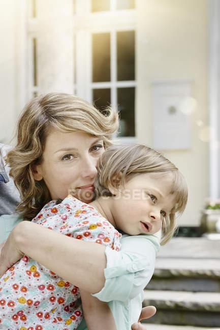 Щасливі кавказька матері Холдинг «донечка» — стокове фото