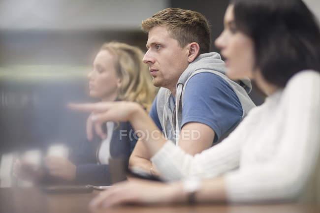 Молодые люди обсуждают на деловой встрече — стоковое фото
