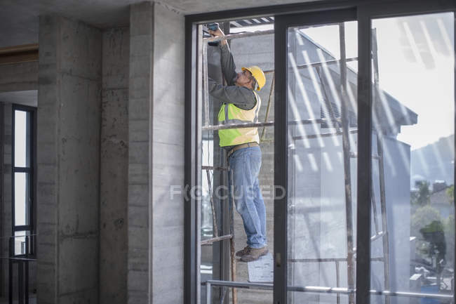 Operaio edile al lavoro in cantiere — Foto stock
