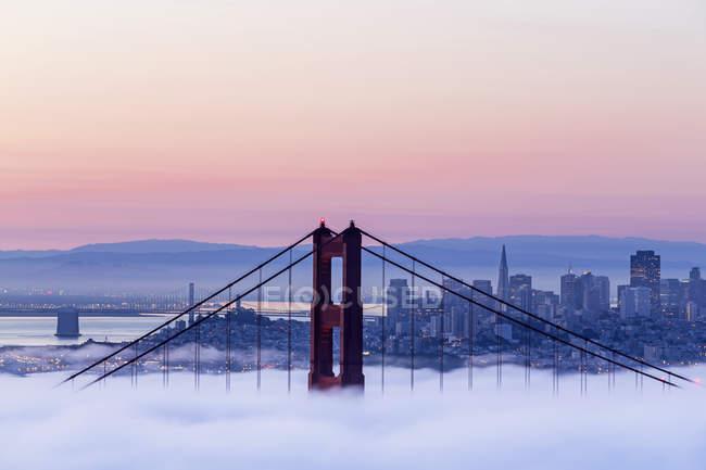 США, Каліфорнія, Сан-Франциско горизонт і Золоті ворота в туман — стокове фото