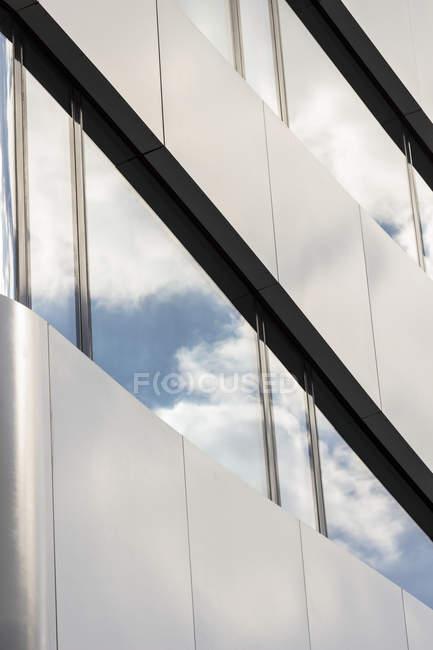 Германия, Берлин, часть фасада современного офисного здания — стоковое фото