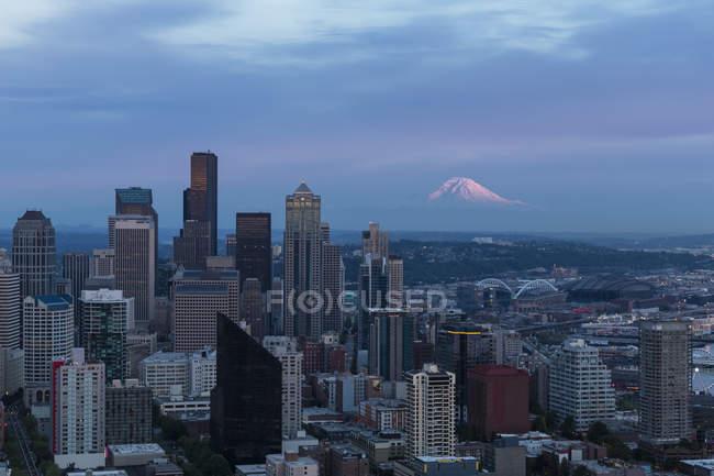 États-Unis, État de Washington, Seattle paysage urbain dans la soirée — Photo de stock