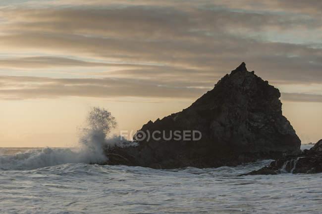 Royaume-Uni, Angleterre, Cornouailles, Bedruthan Steps, rocher dans l'océan — Photo de stock