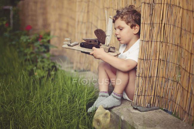Маленький хлопчик з дерев'яних суден — стокове фото